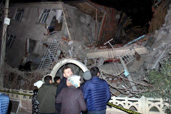 Al menos 20 muertos en un potente terremoto en Turquía