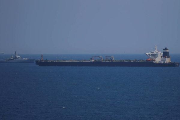 Operadores petroleros suspenden temporalmente tránsito por el estrecho de Ormuz