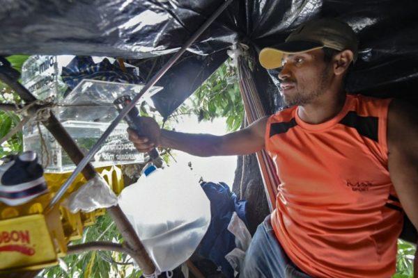 Migrantes venezolanos viven en parques a la intemperie para sobrevivir en Colombia
