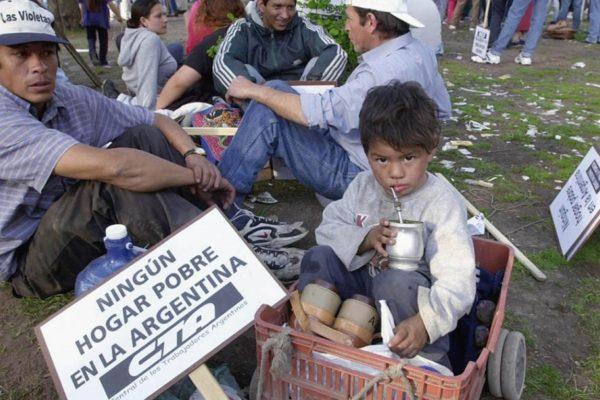 Entregan tarjetas alimentarias en Buenos Aires para combatir el hambre