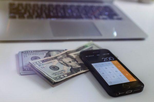 Bancos venezolanos cobran hasta 2% mensual por custodiar divisas en efectivo