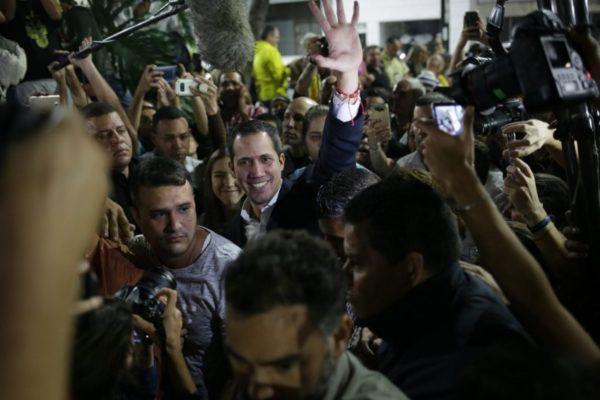 Guaidó regresó fortalecido y «a echar el resto» pero sin recepción multitudinaria