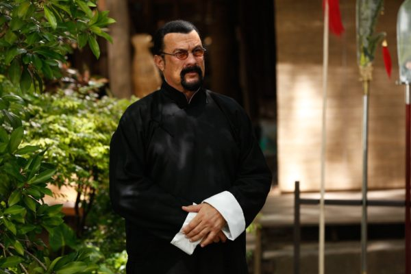 Multan al actor Steven Seagal con $314.000 por promocionar oferta de bitcoins