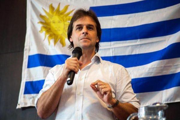 Lacalle Pou asume presidencia de Uruguay marcando distancia de izquierda regional