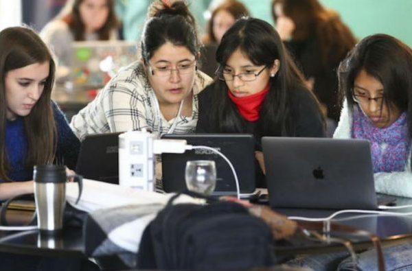 Las mujeres, pioneras en tecnología, pero lejos de liderar el sector