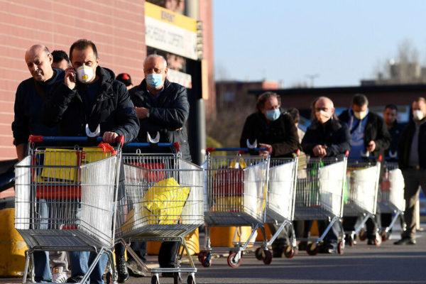 Supermercados en Italia ofrecen descuentos a los pobres
