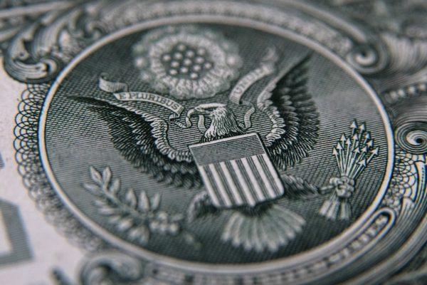 Dólar paralelo experimenta ligera alza y cierra la semana en Bs.455.564,70