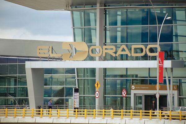 Decenas de pasajeros continúan varados en el aeropuerto de Bogotá