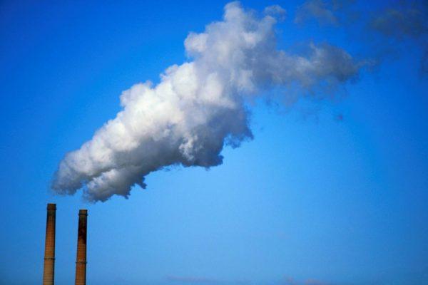 AIE: emisiones de CO2 se reducirán un 8% tras caída en la demanda global de energía