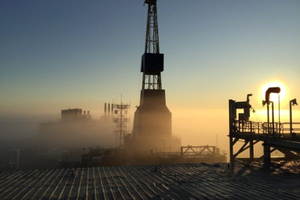 Precios petroleros retroceden en la apertura por tensiones entre EE.UU y China