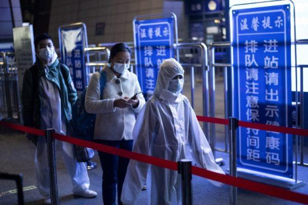 Miles de personas salieron de Wuhan, cuna del #Covid19, tras cesar la cuarentena