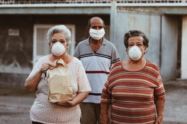 Voluntarios reparten almuerzos a ancianos confinados pese a la escasez de gasolina