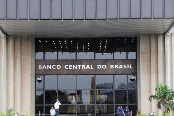 Déficit fiscal de Brasil salta 208% en el primer semestre con deuda récord