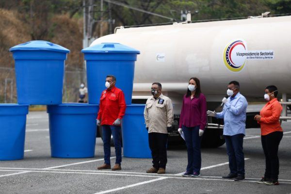 Llegan 252 súper cisternas de agua desde China para paliar la escasez