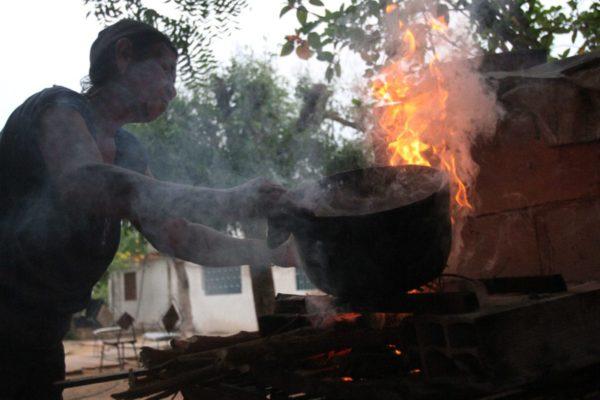 Una familia venezolana sortea colapso de servicios con leña y técnicas de
