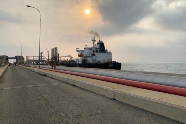 Buque Iraní «Fortune» atracó en refinería El Palito y comienza descarga de gasolina