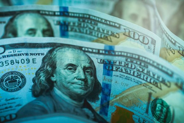 Sigue el sube y baja en el mercado paralelo: Dólar cayó al cierre y terminó en Bs.3.235.698,65