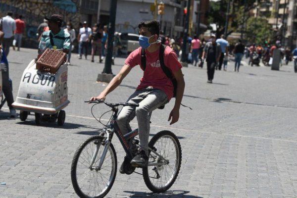 Crisis de gasolina lleva a venezolanos a desempolvar bicicletas usadas