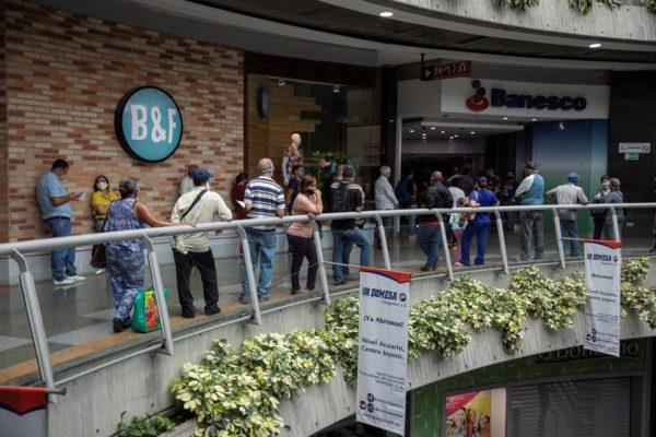 Mucha gente y pocas compras en centros comerciales reabiertos en Venezuela