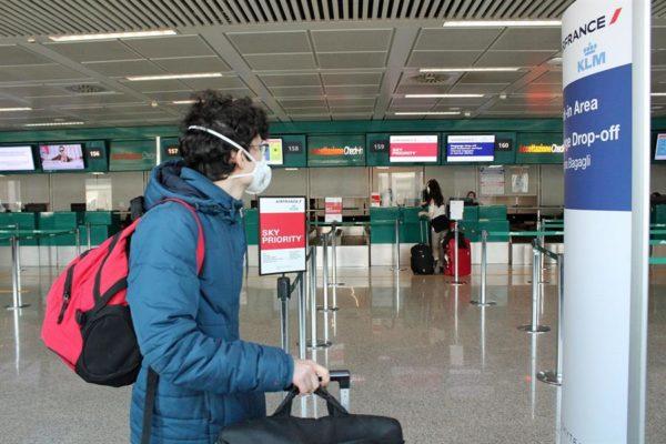 Italia elimina distancia de un metro en aviones si se adoptan filtros de aire
