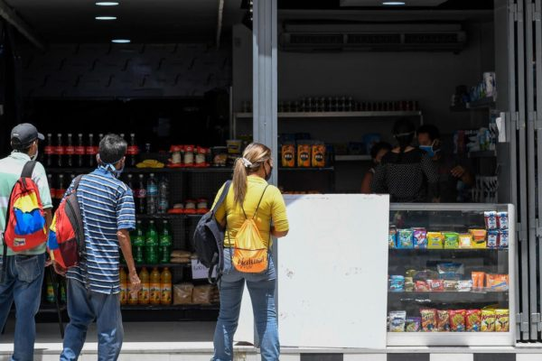 Harina en vez de zapatos: Comercios en Caracas mutan por la pandemia