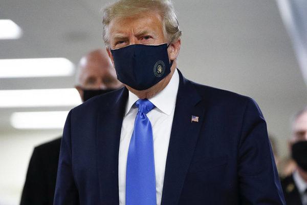 Trump se pone mascarilla mientras se aceleran los contagios por #Covid19 en el mundo