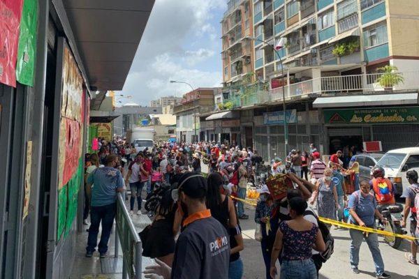 Sin distanciamiento: Venezolanos rompen la cuarentena radical en búsqueda de alimentos