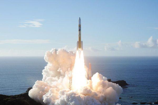 Emiratos Árabes lanza con éxito una sonda que orbitará Marte en febrero de 2021