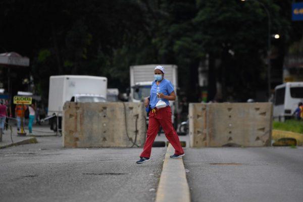 Muros de concreto y alcabalas restringen vías en Caracas ante el #Covid19