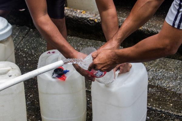 Crece el comercio de bidones en dólares ante la falta de agua y gasolina