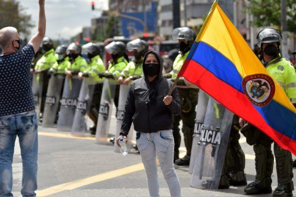 «Los veo y siento miedo»: jóvenes repelen a policía tras violentos excesos en Bogotá