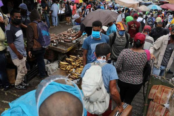 """""""Si uno no sale todos los días, no come"""": Miles se exponen al #Covid19 en gran mercado de Caracas"""