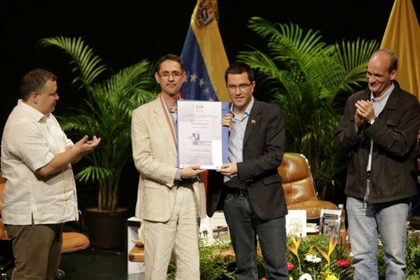 Chavistas y autores opositores se enfrentan en torno a premio literario Rómulo Gallegos