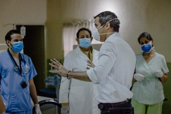 Guaidó entrega insumos de protección contra el #Covid19 a personal sanitario en Caracas