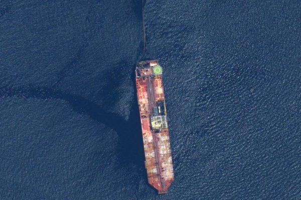 Sanciones impiden conseguir buque para descargar crudo de tanquero en riesgo de hundimiento
