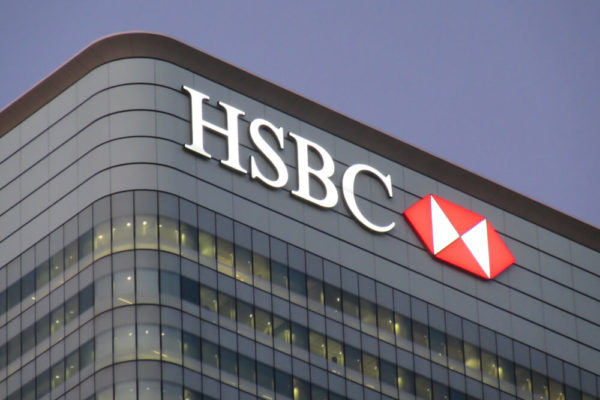 Banco británico amenaza con cerrar cuentas de clientes que no lleven mascarilla