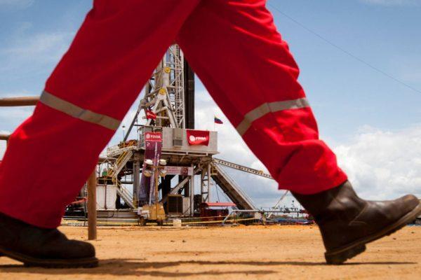 Inventarios de crudo caen mientras exportaciones aumentan pese a sanciones