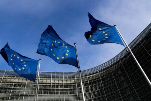 Una Unión Europea semiconfinada recibió primeros envíos de vacunas antiCOVID-19