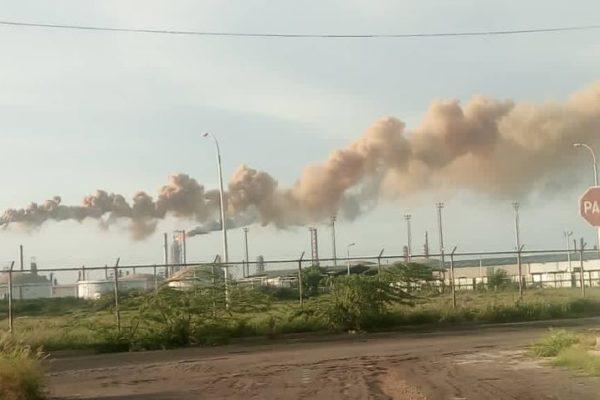 Refinería Cardón vuelve a pararse y diputado denuncia «envenenamiento continuo» de habitantes de la zona
