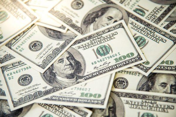 Dólar bancario cae luego de 40 días en alza y se ubica en Bs.450.719,56
