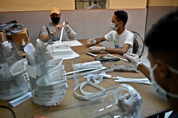 Fabrican máscaras artesanales para médicos a merced del #Covid19 en Venezuela