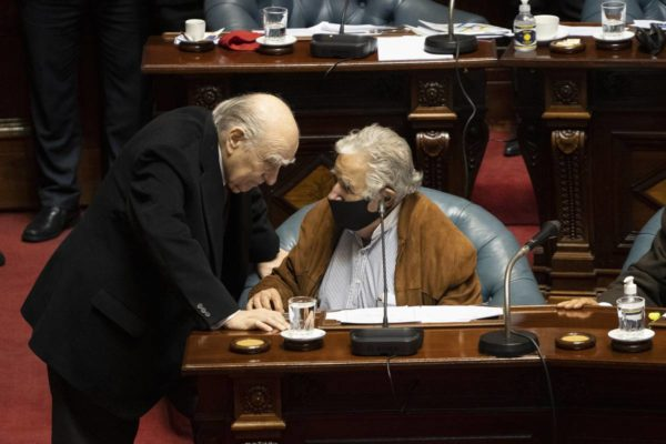 Líderes y adversarios: Los expresidentes Mujica y Sanguinetti dejan el senado en Uruguay