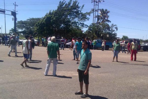 Persisten colas y protestas en el país por fallas en el suministro de gasolina