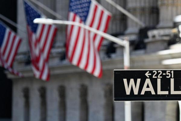 Wall Street abre a la baja tras los récords registrados el viernes