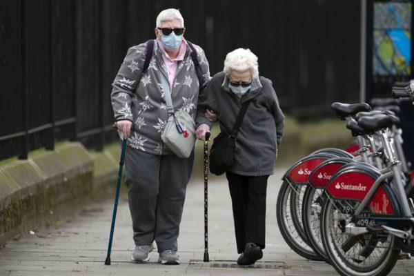 Vacuna de Oxford contra COVID-19 genera respuesta inmune en ancianos