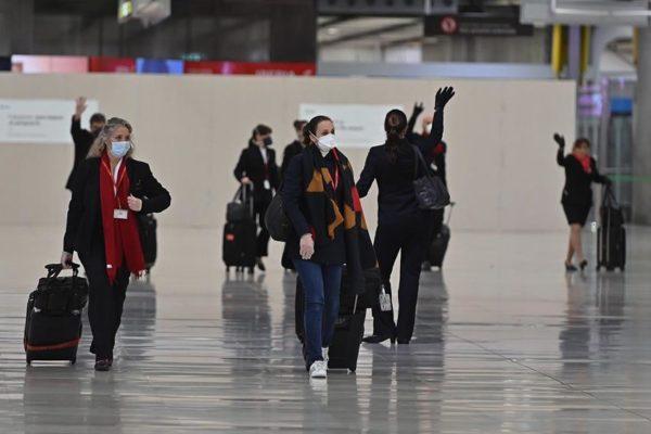 Estudio: un pasajero de avión debe volar 54 horas con un enfermo COVID para contagiarse