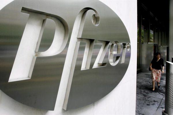 Caen acciones de Pfizer, BioNtech y Moderna por falta de evidencia sólida sobre necesidad de tercera dosis