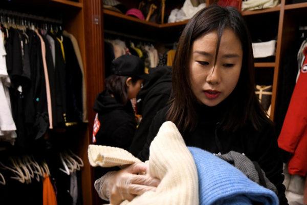 Chinos adinerados recurren a expertos del orden para organizar sus roperos