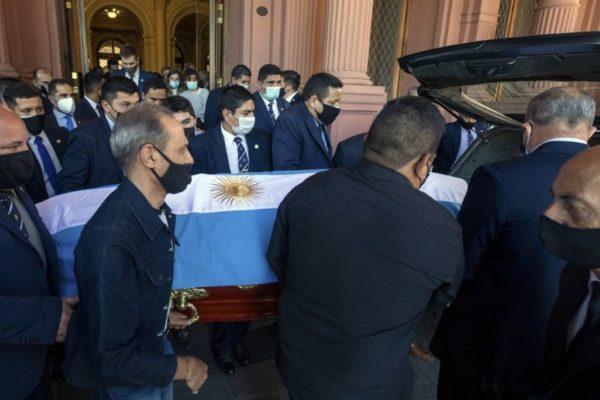 El caos se impuso en multitudinario velorio de Maradona