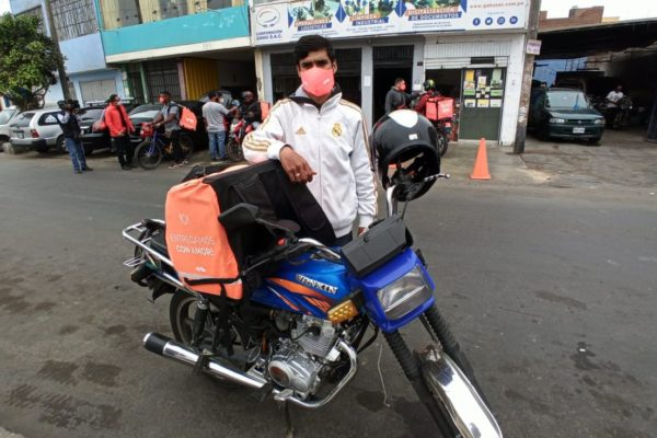 Multan por xenofobia a peruano que insultó a repartidor de comida venezolano